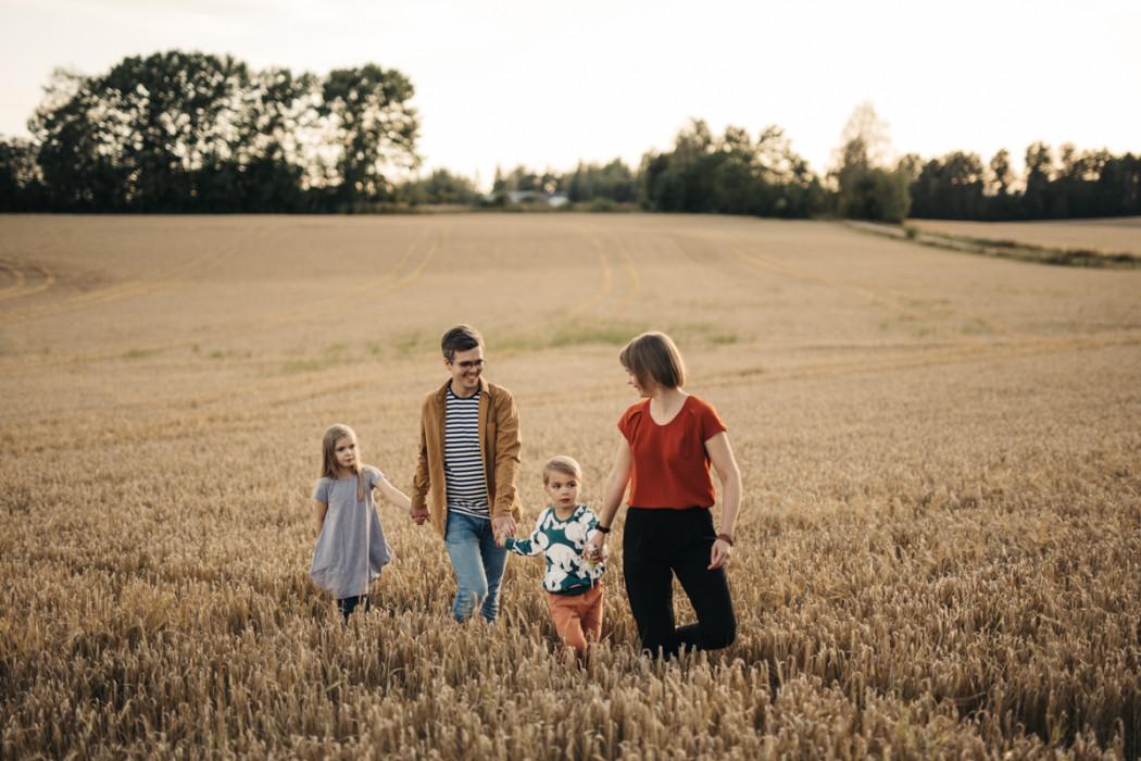 perhekuvaus peltomaisemassa